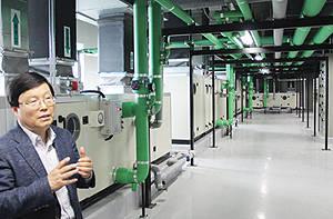 이원규 대표가 공장내부 온·습도를 일정하게 유지하게 하는 공조시스템을 설명하고 있다.
