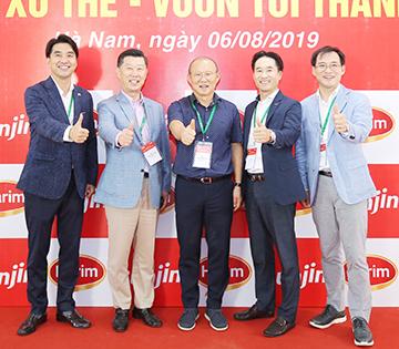 김홍국 회장(왼쪽 두번째)과 박항서 감독이 이익모 본부장(오른쪽 두번째)과 함께 파이팅을 외치고 있다.